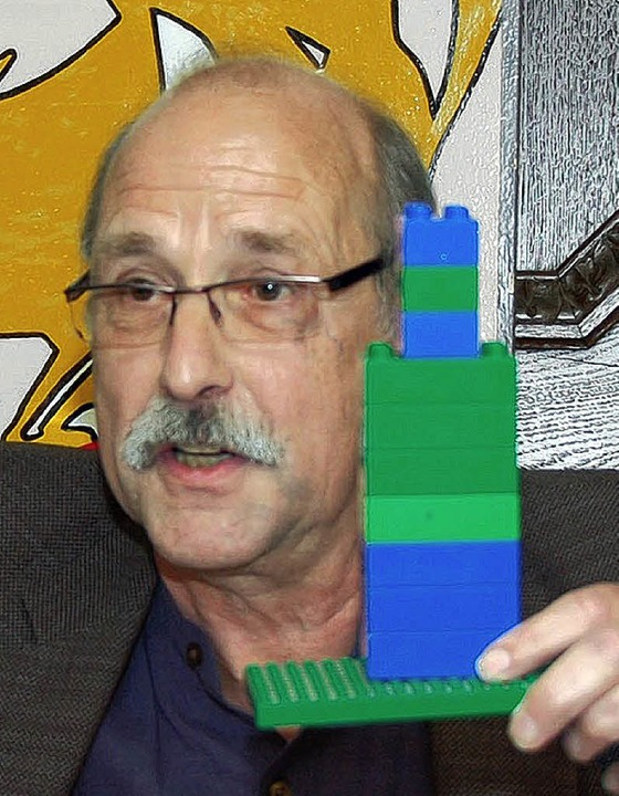 "Der Gast: Hubert Bernnat erklärt am Lego-Modell ""d'Verwaltig""  | Foto: Nikolaus Trenz"