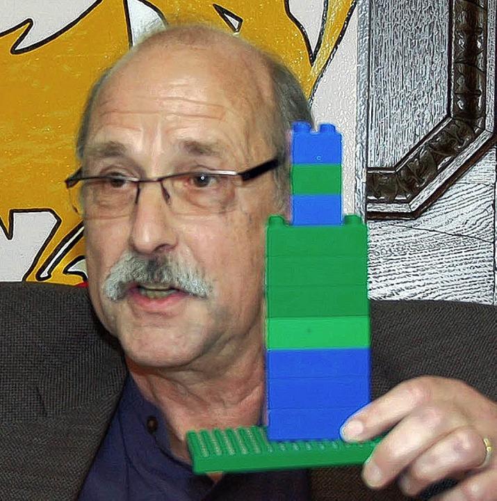 "Der Gast; Hubert Bernnat erklärt am Lego-Modell ""d'Verwaltig""  | Foto: Nikolaus Trenz"