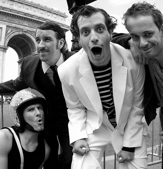 Die Spaß-Pariser: Mini Moustache vor dem Arc de Triomphe   | Foto: pro