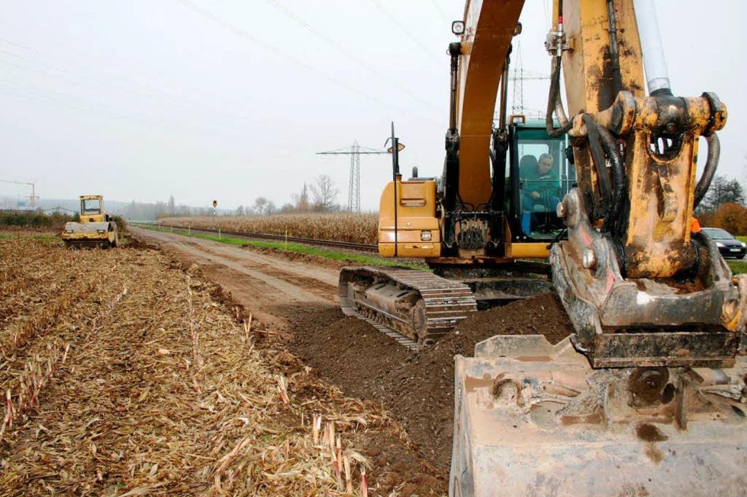 Hier wird gebaut: Bagger trassieren de...der im Sommer 2012 fertig werden soll.  | Foto: Horst David