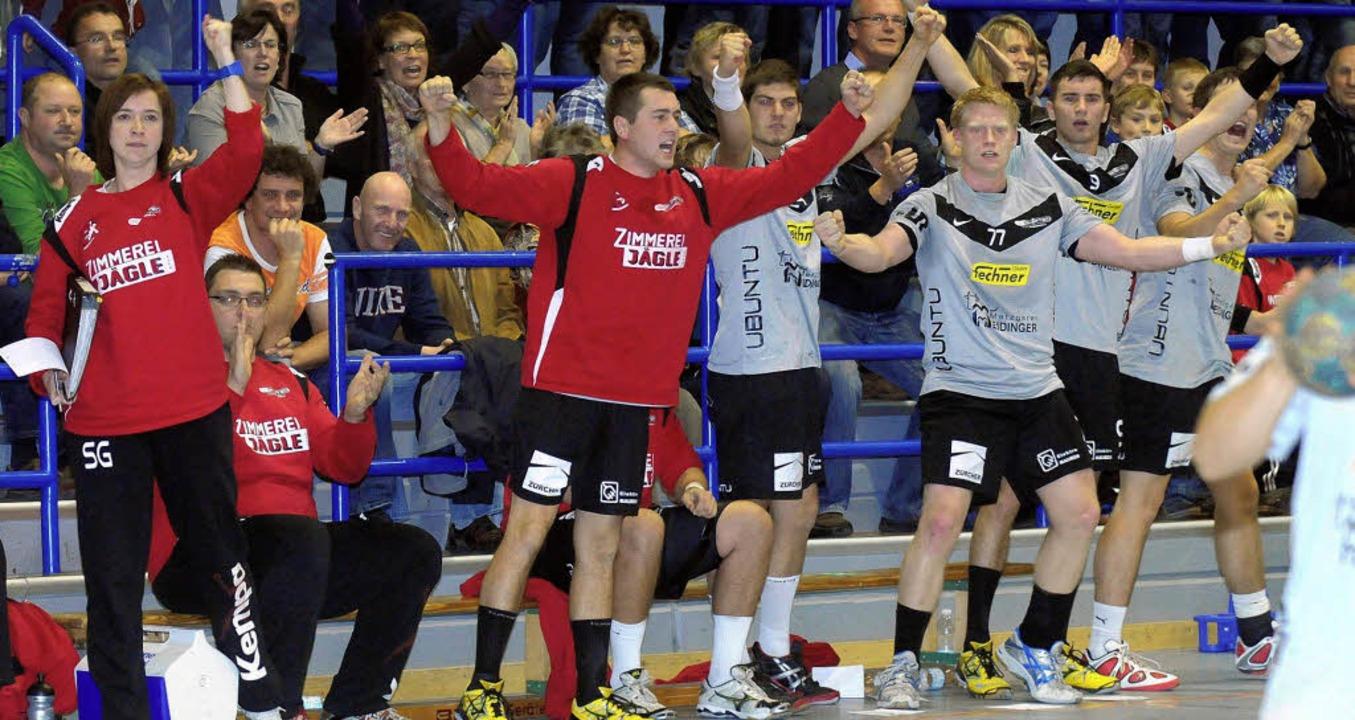 Hände hoch: Jubel auf der Meißenheimer Bank beim deutlichen Derbysieg in Sulz.   | Foto: Wolfgang künstle
