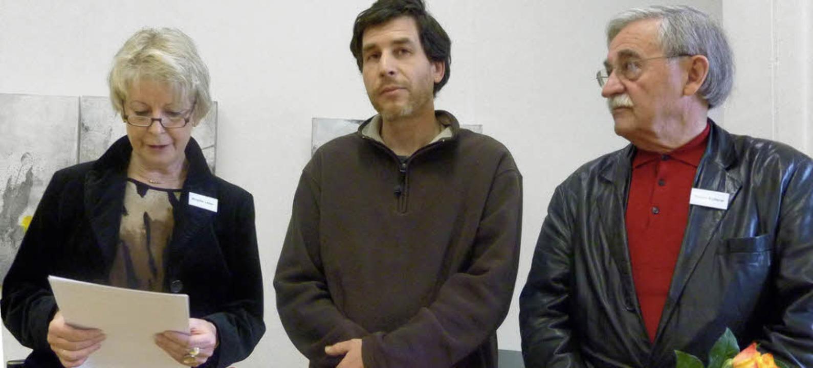 Die Vorsitzende des Kunstvereins Löffi... Walter Kolbow (von links) willkommen.  | Foto: Karla Scherer
