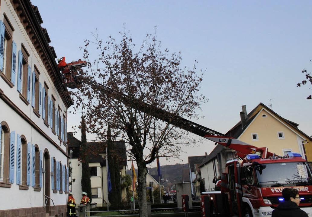 Die Drehleiter der Ettenheimer Feuerwe...tfall wurde am neuen Rathaus geprobt.     Foto: Adelbert Mutz