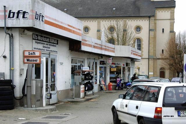 Eine neue Tankstelle mit Wohn- und Geschäftshaus