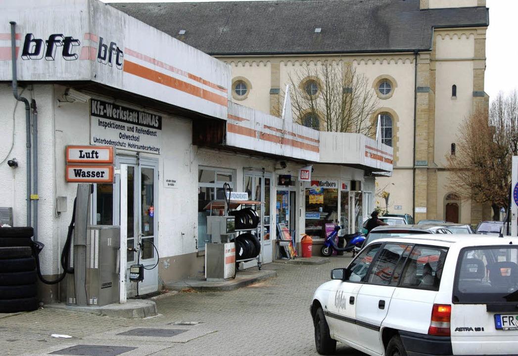 Die Tankstelle in Nachbarschaft der ka...ftshaus auf der Ecke zur Hafnergasse.   | Foto: Gabriele Babeck-Reinsch