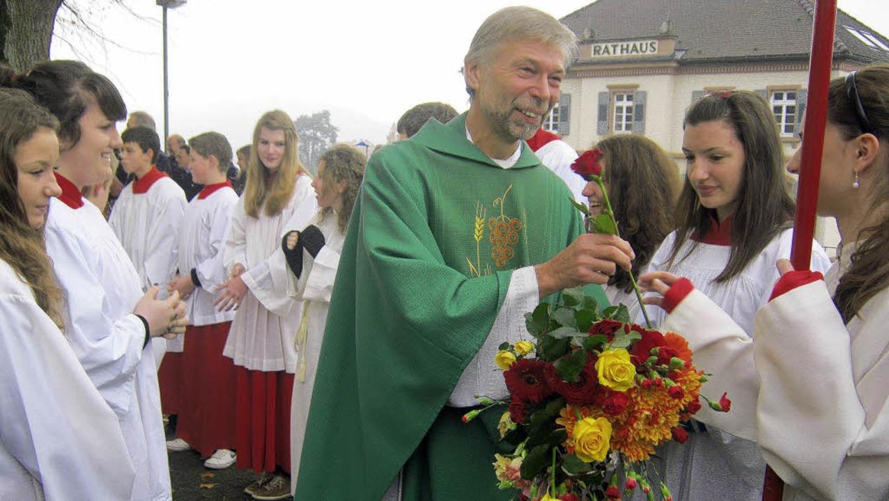 Die Ministranten überreichten Thomas Denoke Blumen zum Abschied.   | Foto: Anne Freyer
