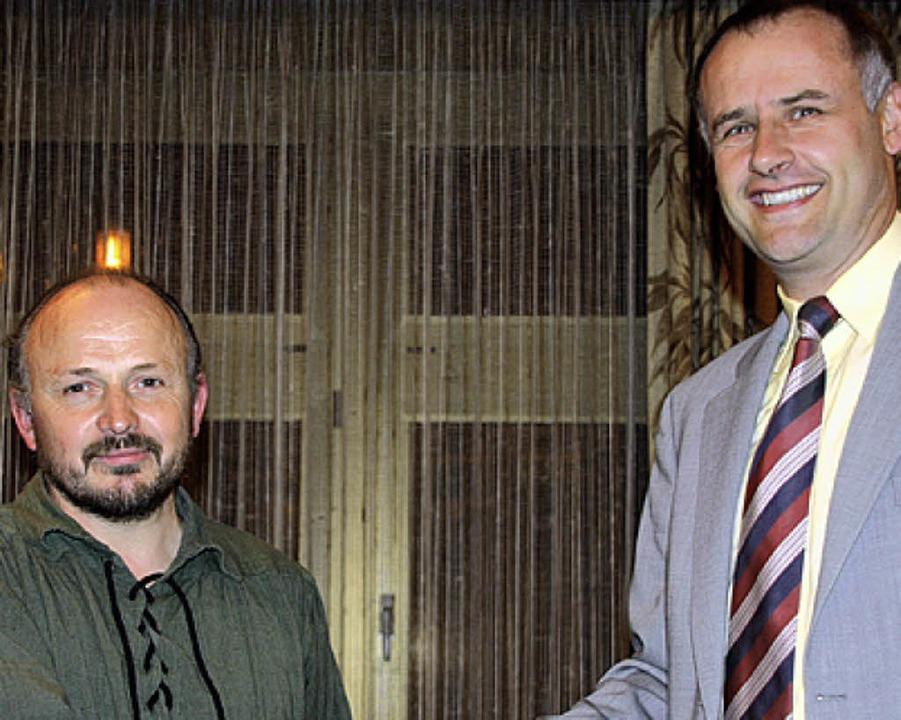 Thomas Breig (rechts) gratuliert Edmund Eisele.  | Foto: Silvia Faller