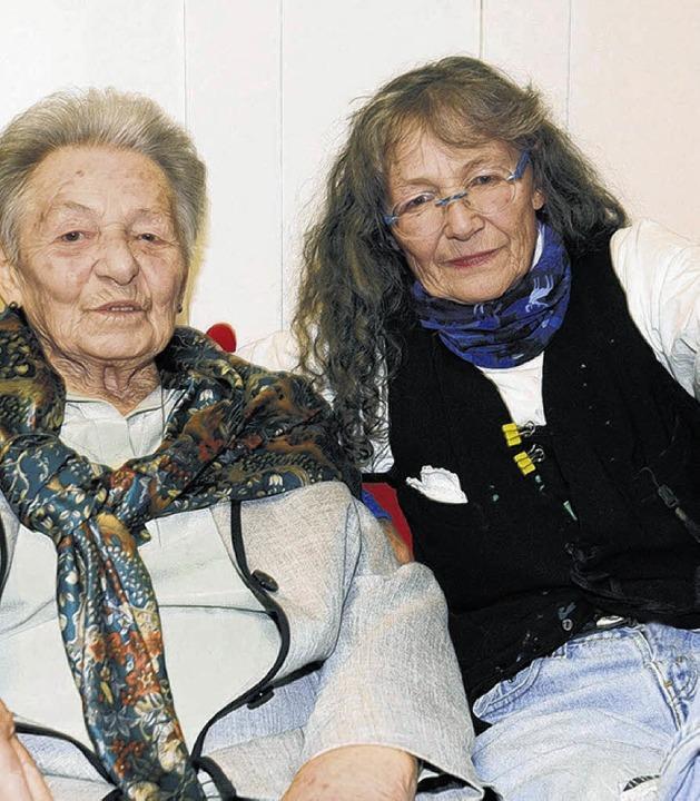 Gretel Lang (links), das Gedächtnis de...terin der Protokolle und des Archivs.     Foto: Privat