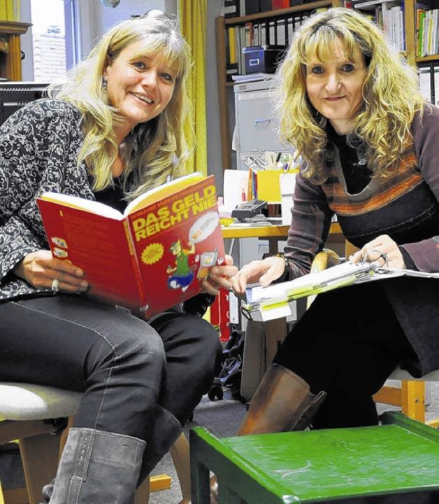 Caroline Hagenlocher (links)  und Sand...ch befassen sich mit dem Thema Geld.    | Foto: privat