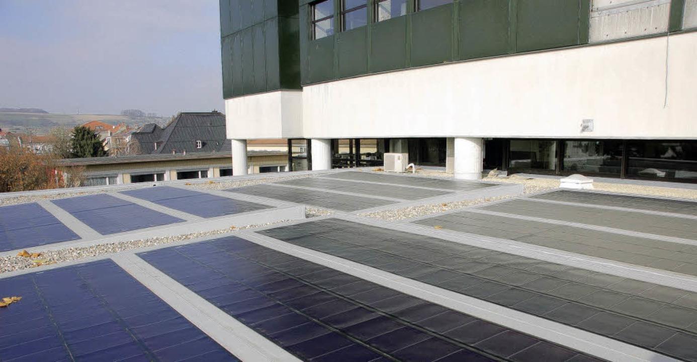 Die Solaranlage auf dem Dach des große... Rathaus wurde im Sommer installiert.   | Foto: Ehrentreich