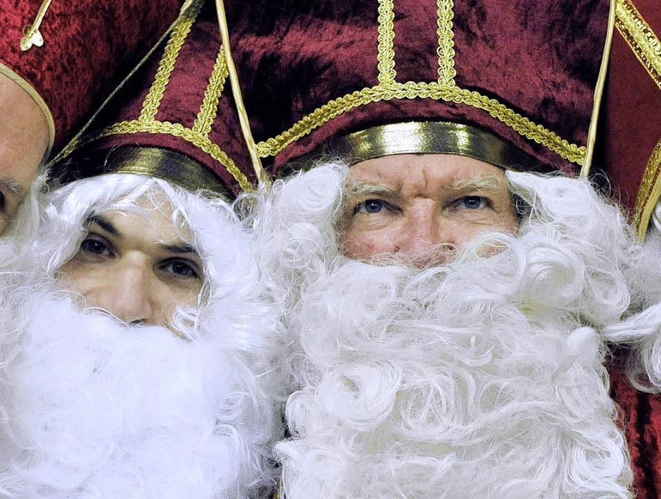 Sie sind echt: Zwei Nikoläuse mit Bischofshut    Foto: DDP