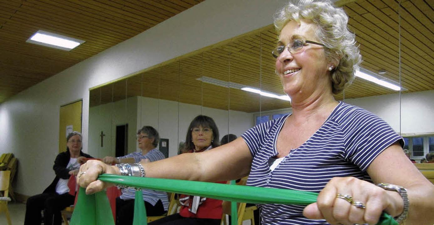 Das Theraband mit beiden Händen spanne...iorengymnastik im Theophil-Lamy-Haus.     Foto: Susanne Filz