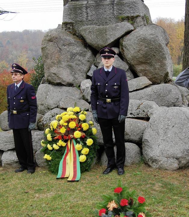Zum Volkstrauertag legte die Feuerwehr...am Kriegerdenkmal einen Kranz nieder.   | Foto: Manfred Risch