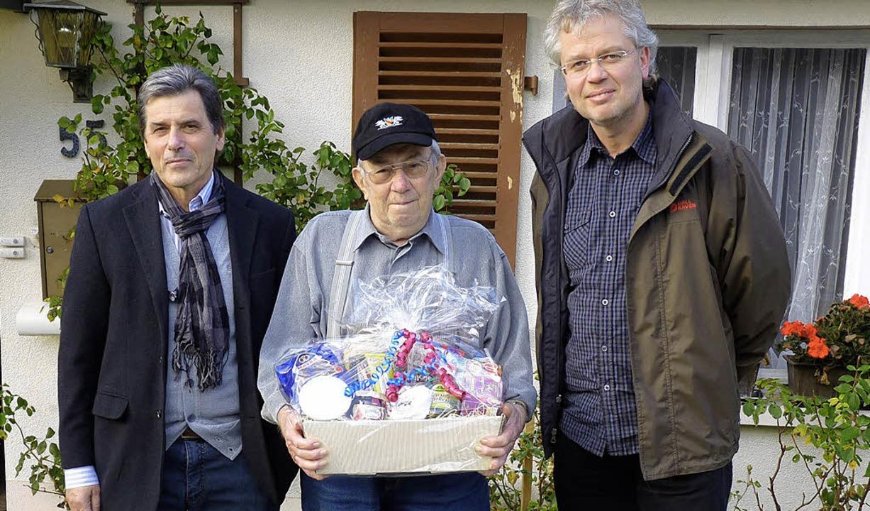 Für 17 Jahre Zeitungaustragen in Bürchau gewürdigt und verabschiedet  | Foto: Sattelberger