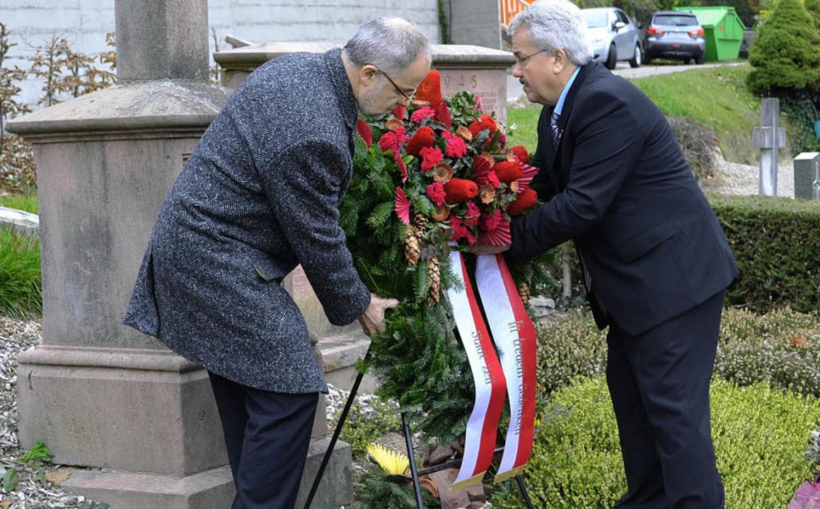 Bürgermeister Rudolf Rümmele und Thoma...erlegung auf dem Zeller Bergfriedhof.     Foto: Paul Berger