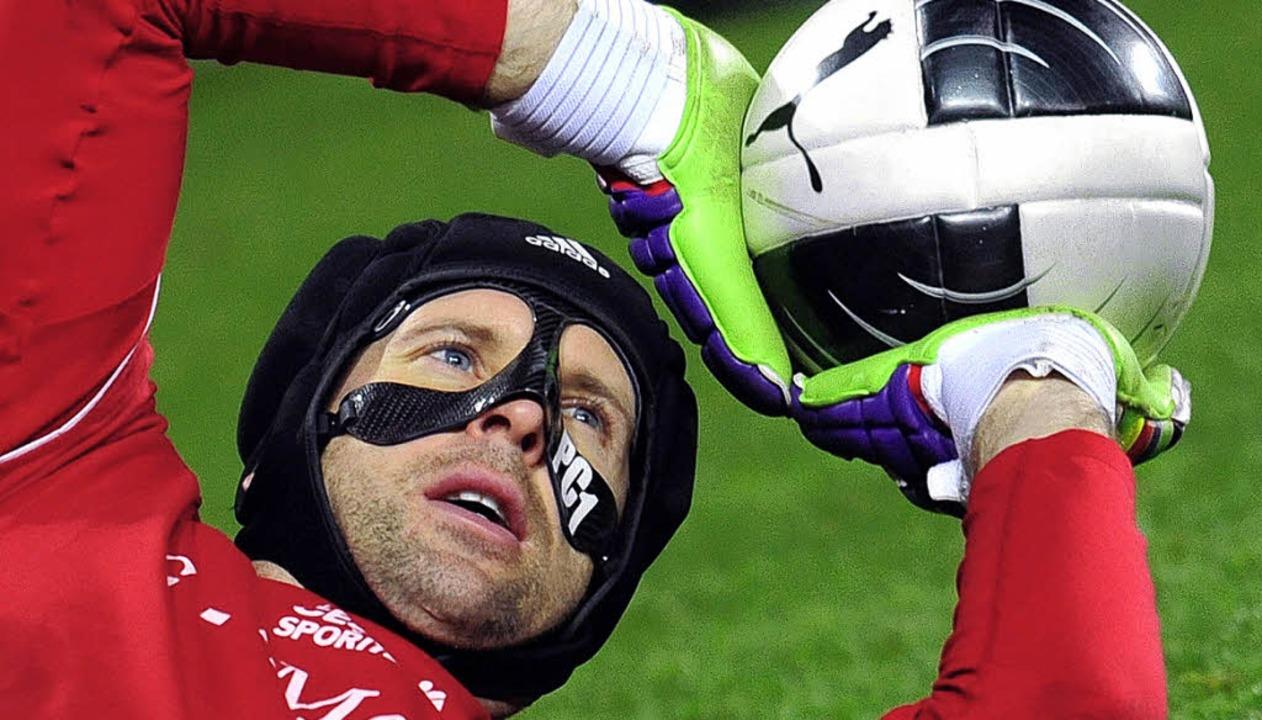 Muss mit Spezialmaske spielen: Tschechiens Torhüter Petr Cech   | Foto: dpa