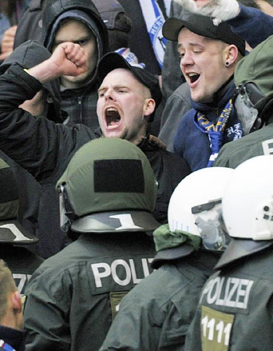 Polizisten gehen gegen Randalierer vor.   | Foto: DPA