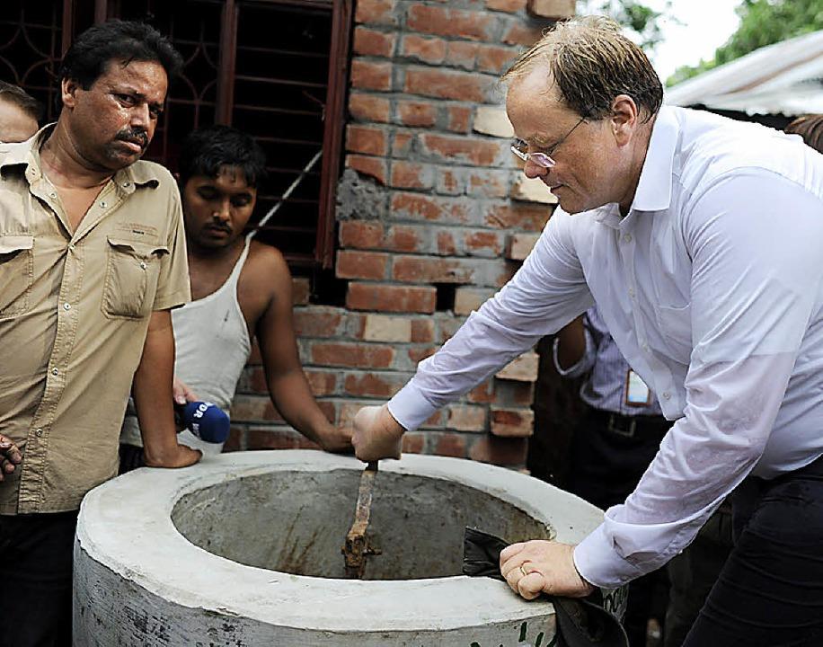 Dirk Niebel (rechts)  in Jessore, einem Ort im Westen von Bangladesch     Foto: dpa