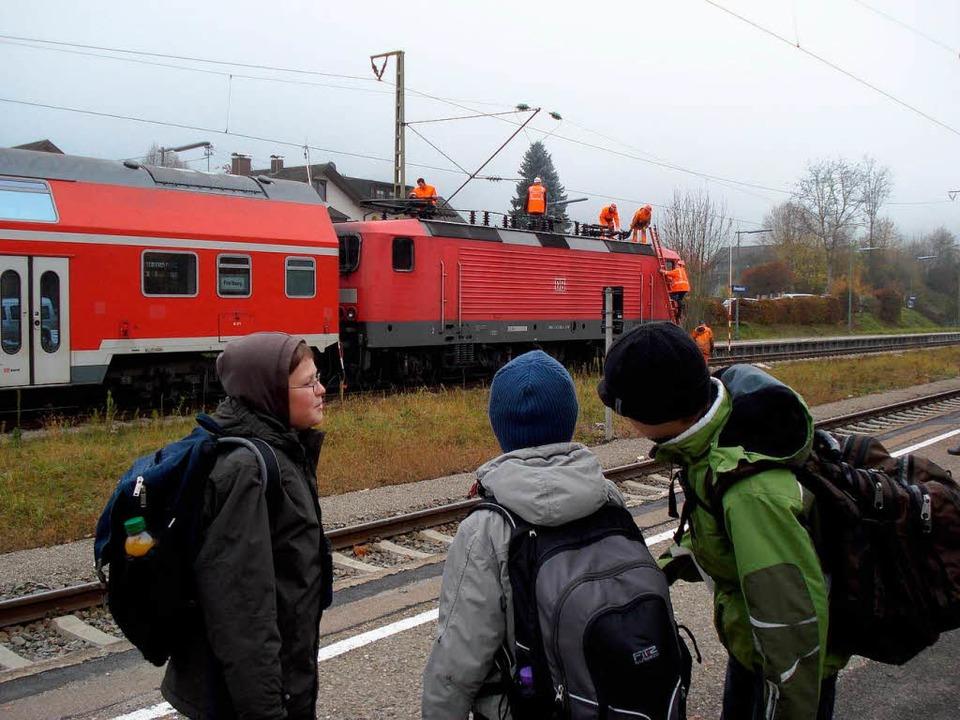 Die Schüler  warten, die Bahnleute rep...beschädigte Lok im Bahnhof Himmelreich  | Foto: Hahne