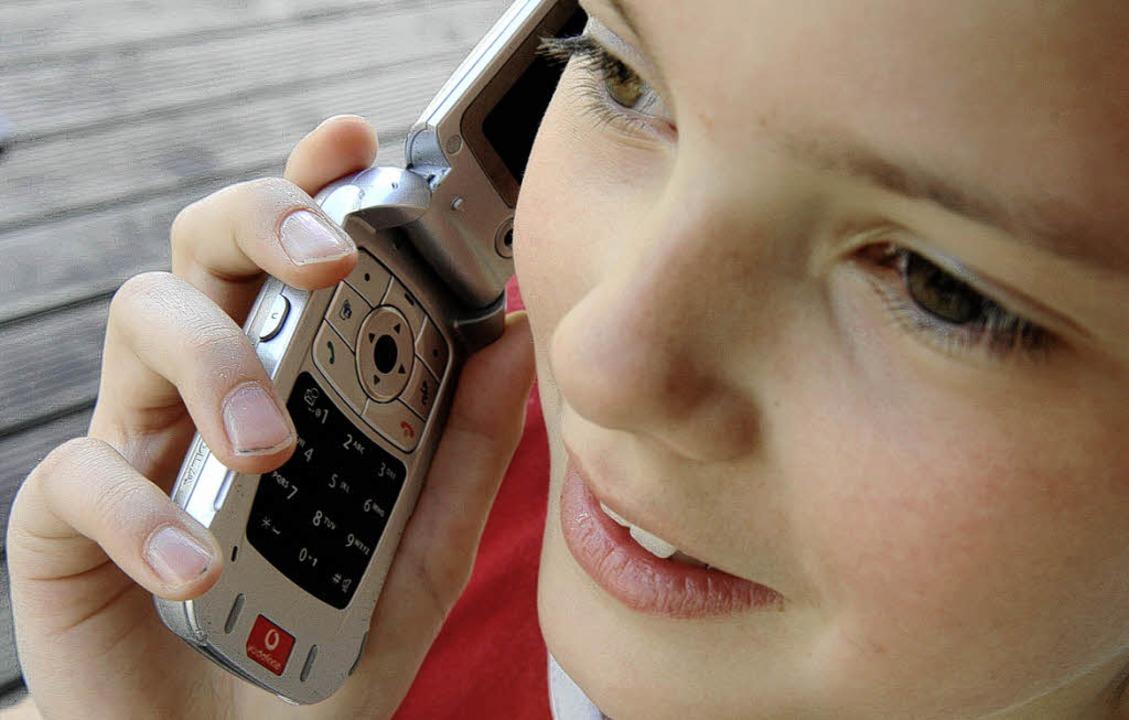 Handy am Ohr: Ist das nun gefährlich oder nicht?   | Foto: DPA