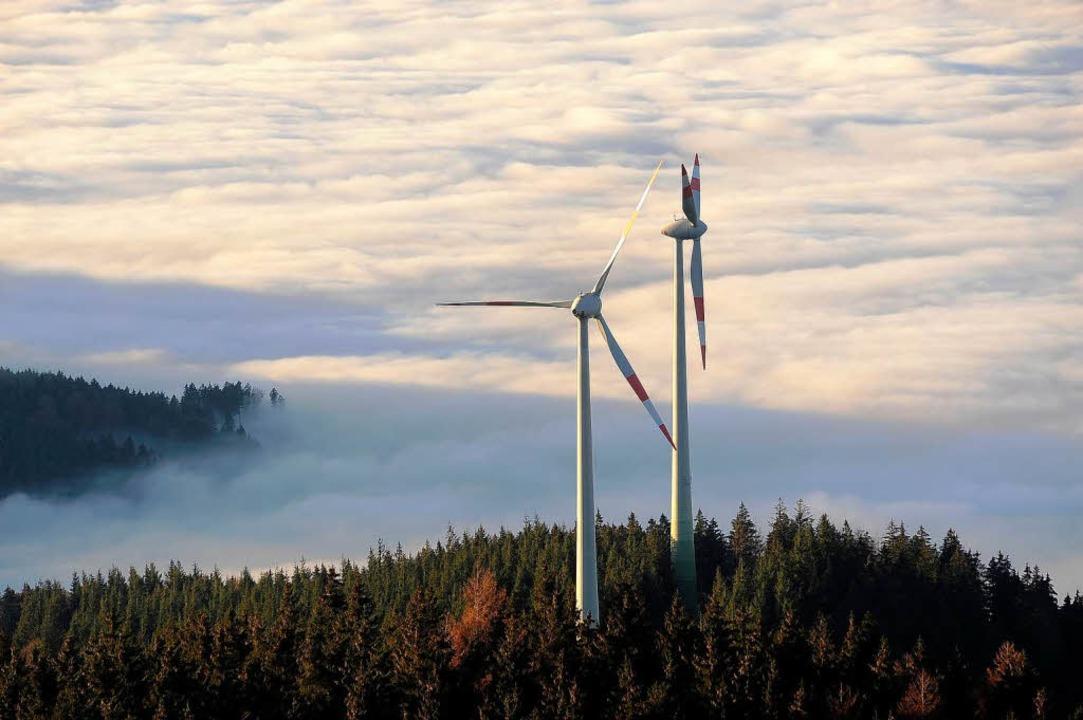 Windräder auf dem Schauinsland: Oben Sonne, unten Nebel.  | Foto: Thomas Kunz