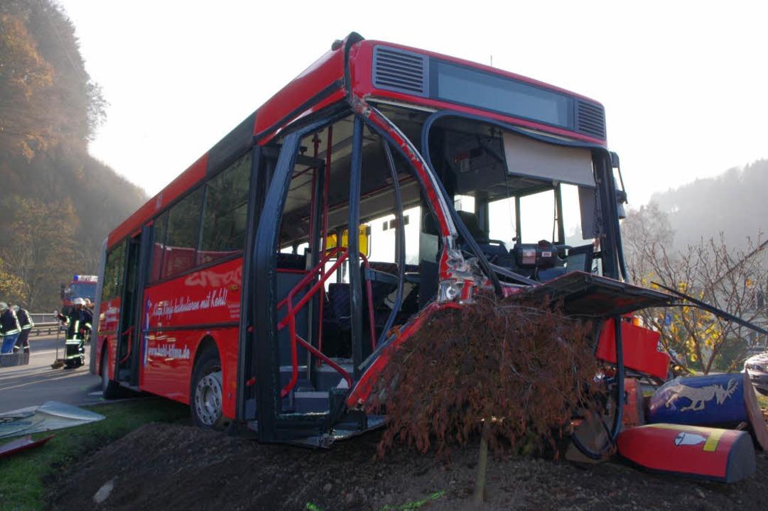 Bei einem Unfall in Zell stießen ein Schulbus und ein Laster gegeneinander.  | Foto: polizei
