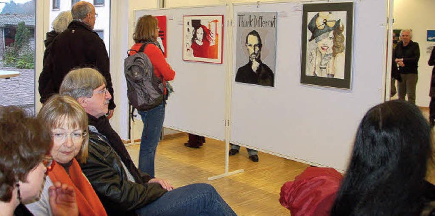 Vielfalt in Kontrasten: die Ausstellun...Pop-Art und Porträts (im Hintergrund).  | Foto: Pia Grättinger