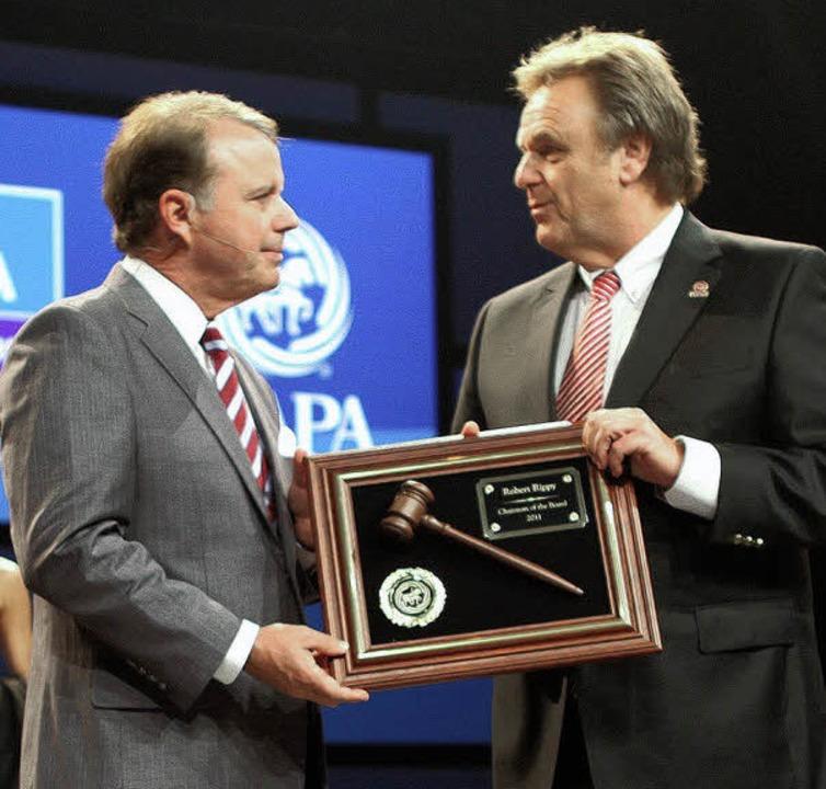 Roland Mack (rechts) übernimmt das Amt...IAAPA von seinem Vorgänger Bob Rippy.   | Foto: Privat