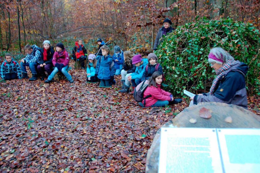 Vorlesestunde an der Märchenhütte.  | Foto: Gerhard Walser