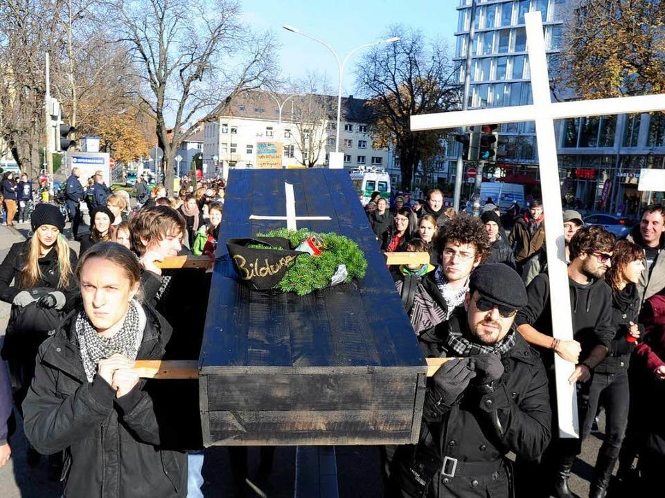 Trauerzug durch die Stadt: Studenten d...zu Grabe – zumindest symbolisch.    Foto: Ingo Schneider