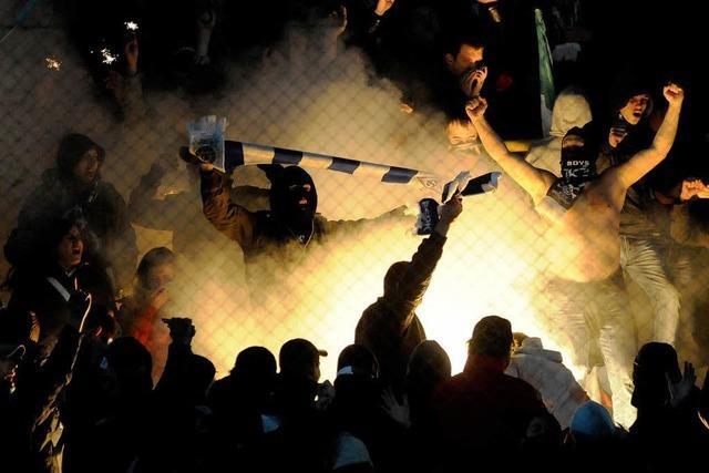 Wie beurteilt Autor Ronny Blaschke das Gewaltproblem im Fußball?