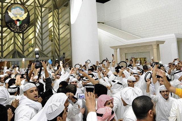 Kuwaitis stürmen Parlament