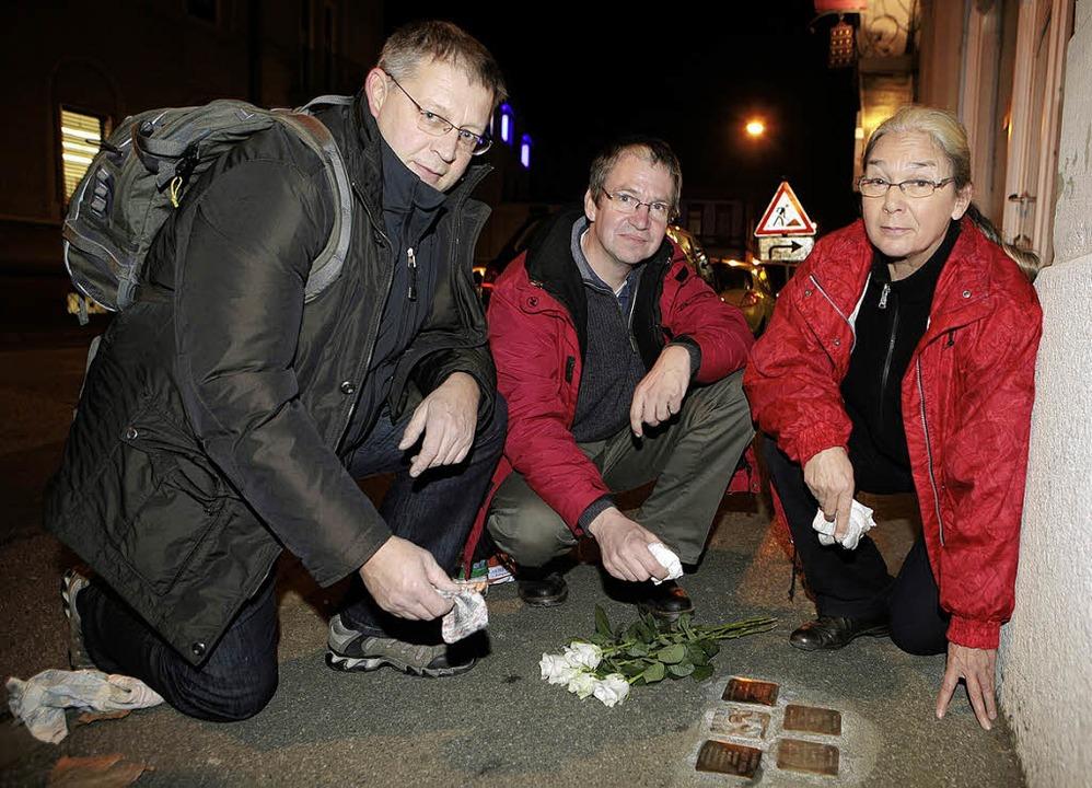 Thorsten Mietzner, Norbert Klein und  ...inks) bei der Stolperstein-Putzaktion.  | Foto: Christoph Breithaupt
