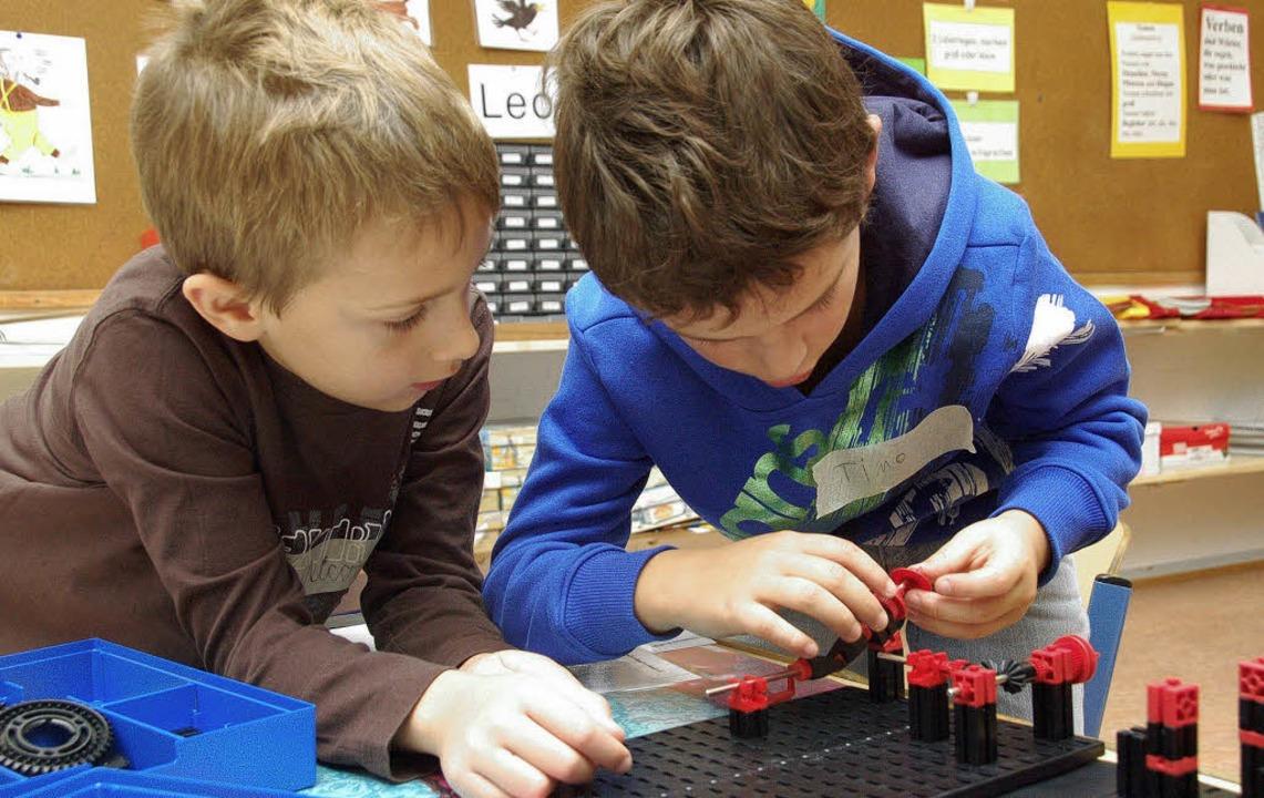 Volle Konzentration: Nico und Timo aus...ector-Kinderakademie in Pfaffenweiler.  | Foto: Tanja Bury