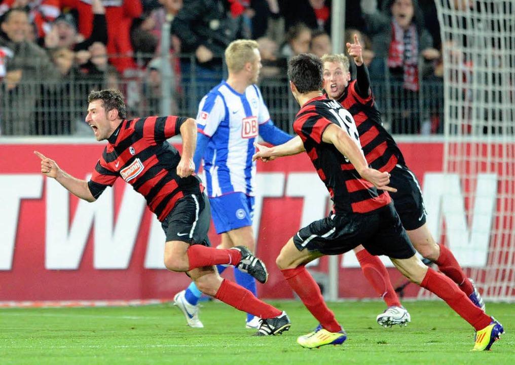 Stefan Reisinger (li.) jubelt mit sein...effer zum 2:2 gegen Hertha BSC Berlin.  | Foto: dapd