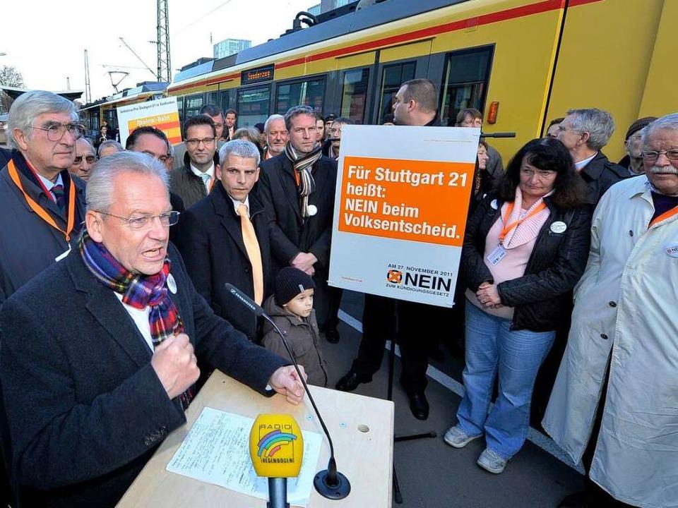 Bahnchef Rüdiger Grube wirbt an Gleis 8 im Freiburger Hauptbahnhof für Stuttgart    Foto: Michael Bamberger