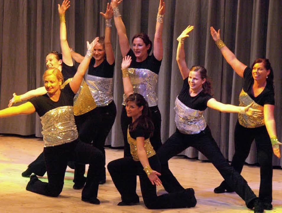 Beim Auftritt der Erwachsenengruppe wa...zten bereits vor der Bühne fleißig mit    Foto: Karin Stöckl-Steinebrunner