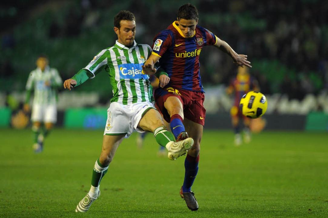 Januar 2011: Fernando Vega (links) im ...mit  Ibrahim Afellay vom FC Barcelona.  | Foto: AFP ImageForum