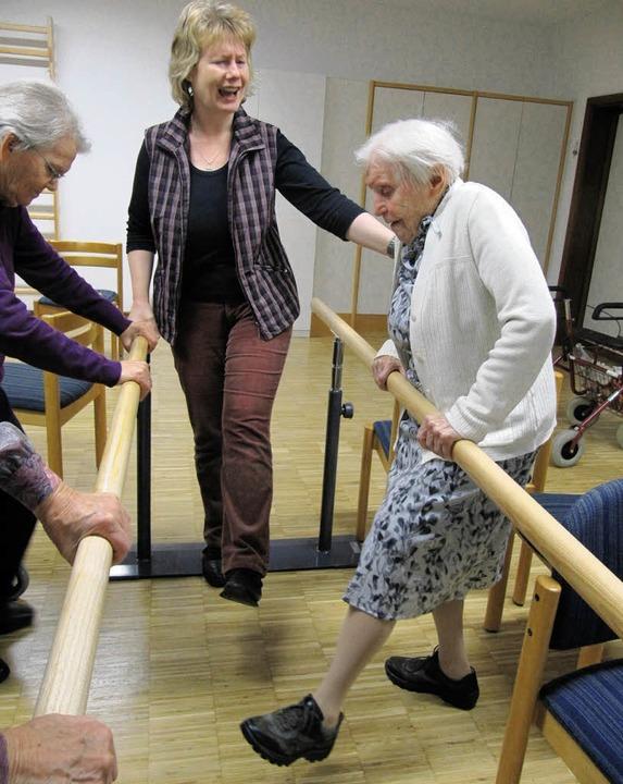 Unter der Anleitung von Carola Schark ...Übungen teil, um Stürzen vorzubeugen.   | Foto: Konrad Huber