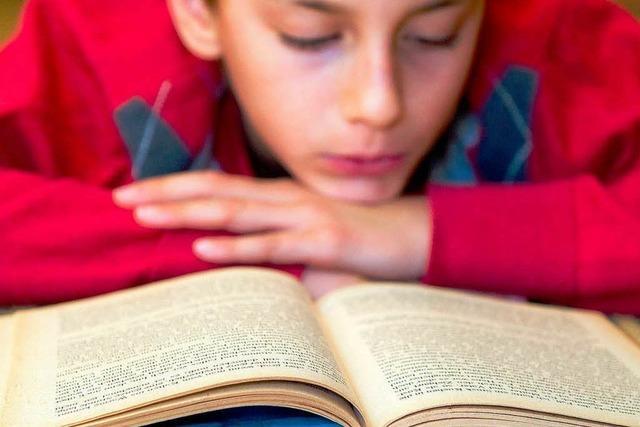 Chatten, lesen, fernsehen – Jugendliche nutzen alle Medien