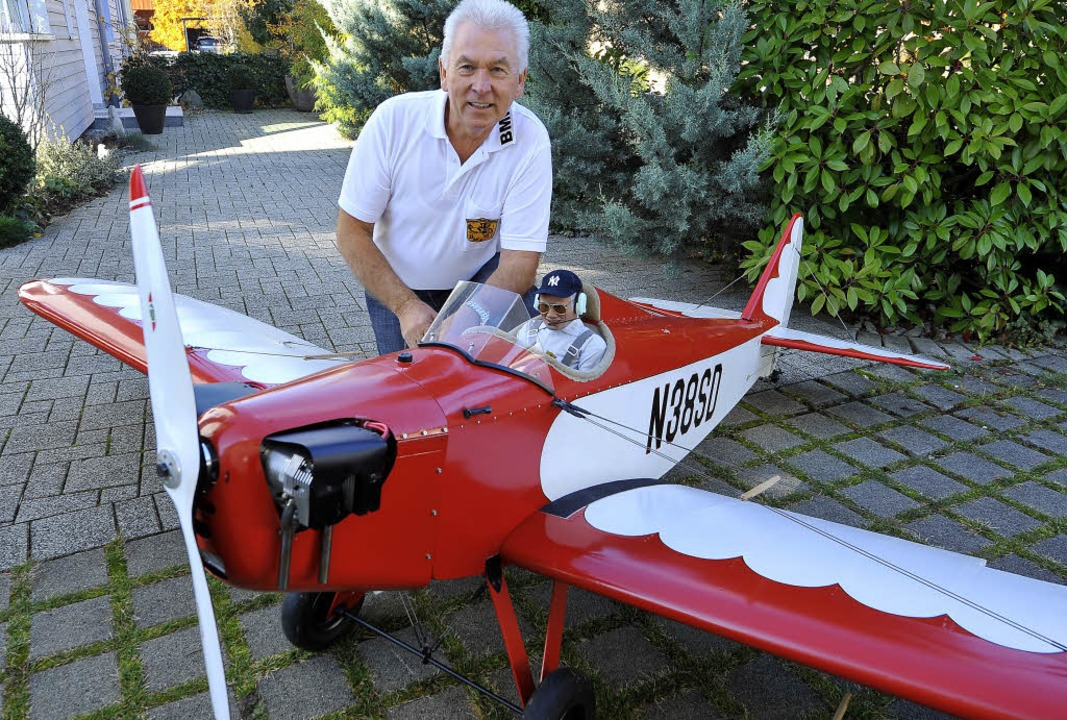 "Klaus Burchard und sein Flugmodell ""Fly Baby"".   