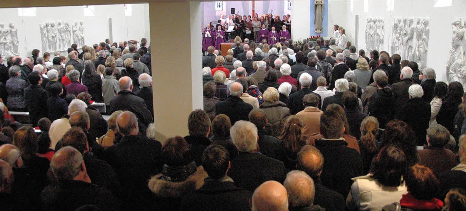 Viele Gläubige waren zur Einweihung de...che St. Maria nach Haltingen gekommen.  | Foto: Ounas