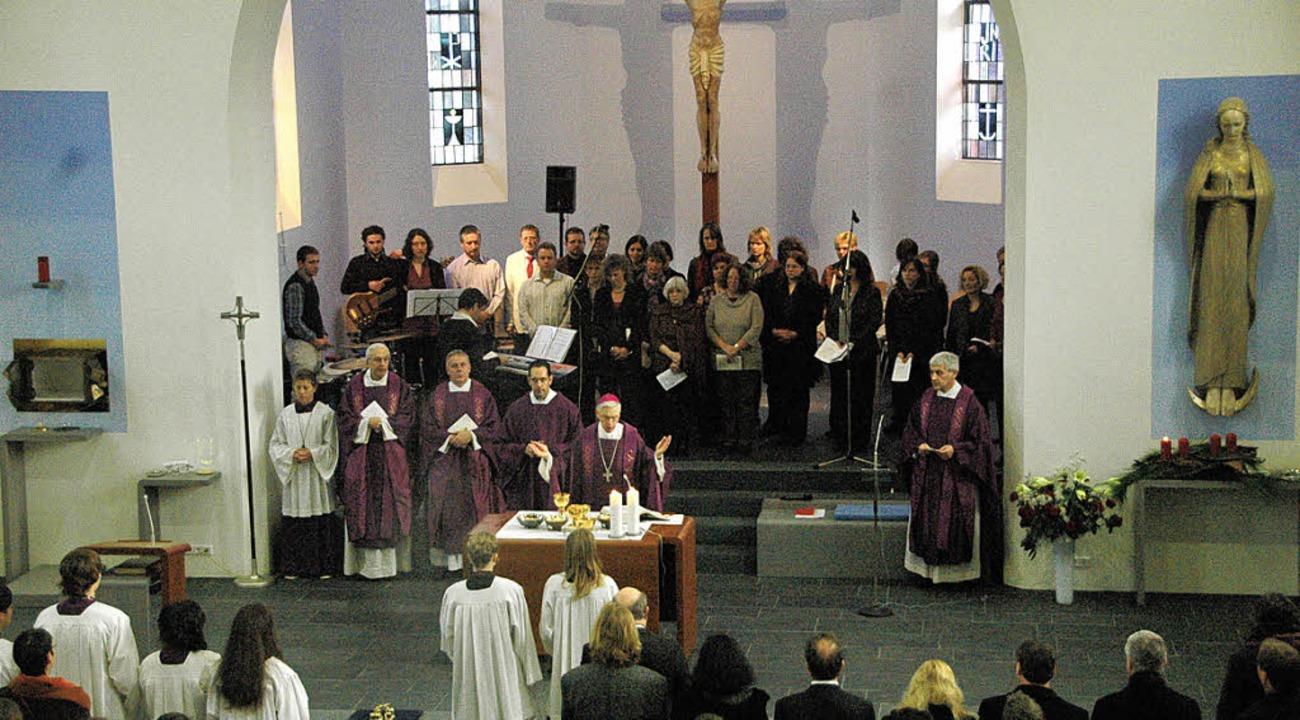 Bischof Wehrle weihte den Kirchenraum und den neuen Altar ein  | Foto: Regine OUnas-Kräusel