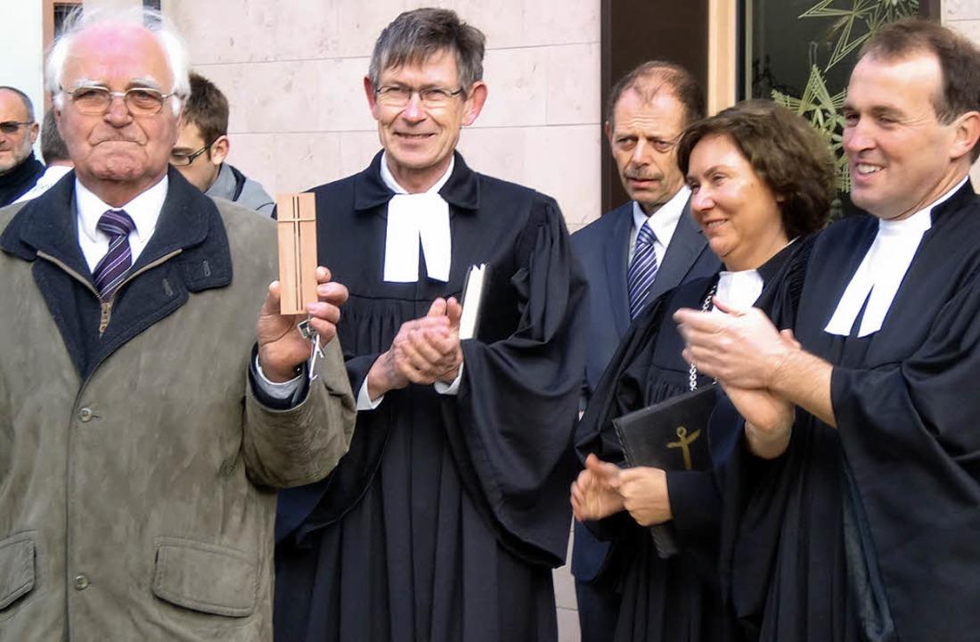 Den Schlüssel für das Gemeindehaus nah... und Pfarrer Rüdiger Schulze (rechts).  | Foto: Manfred Frietsch