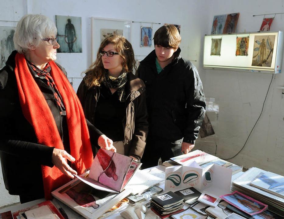 Ina Breig-Köchling erläutert Besuchern...ochter Laura mit Malerei und Schmuck.     Foto: Wolfgang Künstle