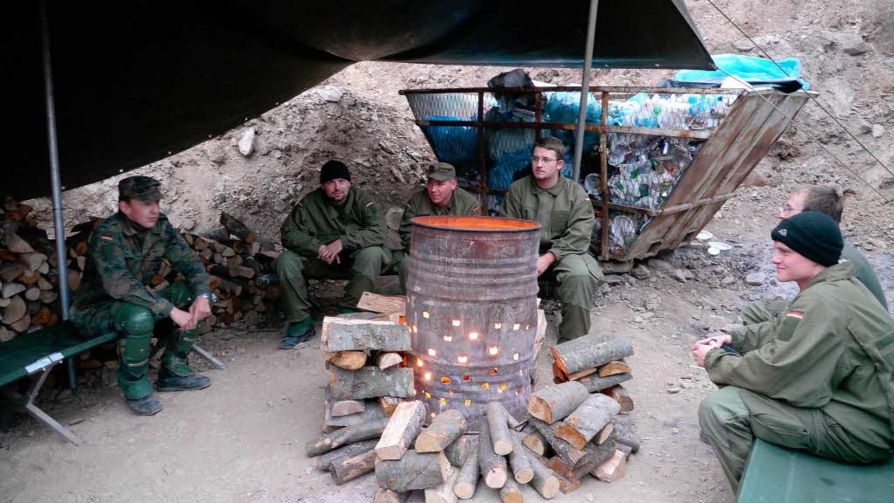 Warten in der Kälte:  Soldaten wärmen sich am Feuer auf.  | Foto: Kaiser