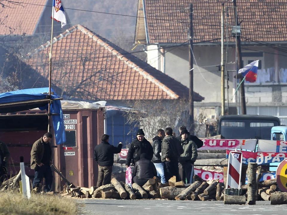 Blockiert: Eine Straße bei Zupce im Nordkosovo.  | Foto: dpa