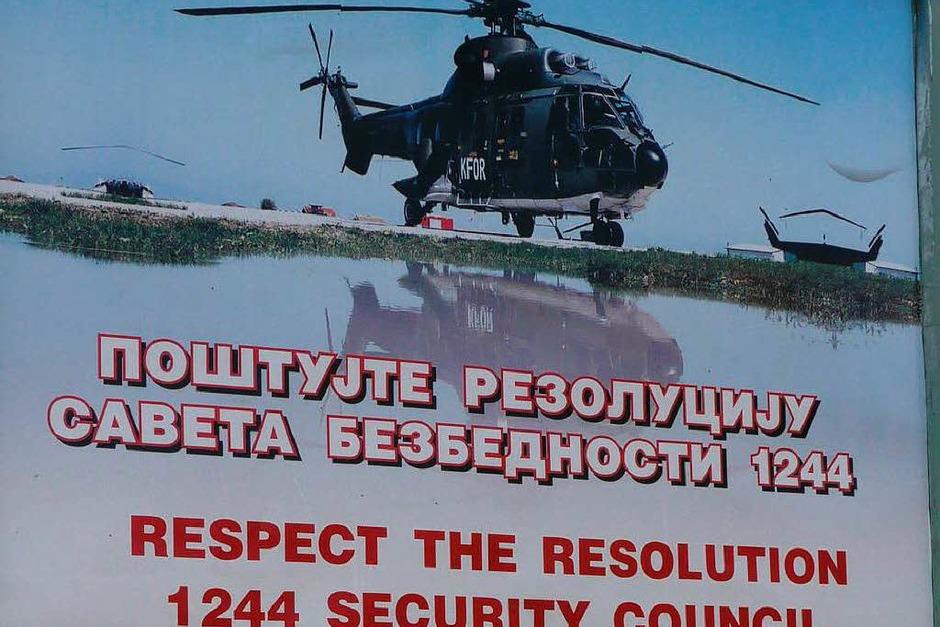 Auf dem Weg nach Zupce stehen Schilder, die auf die umstrittene UN-Resolution 1244 verweisen. (Foto: Sebastian Kaiser)
