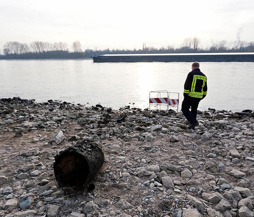 Der niedrige Wasserstand des Rheins fö...ger aus dem Zweiten Weltkrieg zu Tage.  | Foto: dapd
