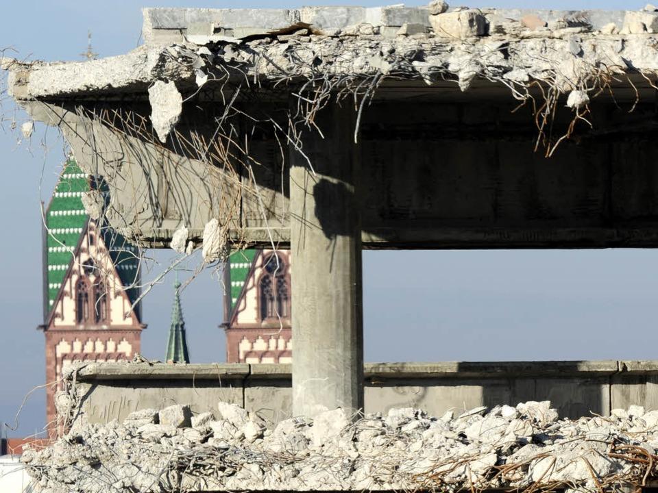 Ungewohnte Ein- und Durchblick in der ...nstadt: Die UB wird (fast) abgerissen.  | Foto: Ingo Schneider